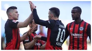 Luka Jovic celebra un gol del Eintracht Frankfurt con Filip Kostic.