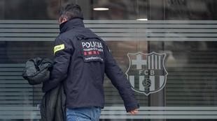 Los Mossos, durante el registro al Camp Nou.