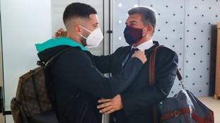 Laporta saluda a Jorid Alba antes de subir al avión