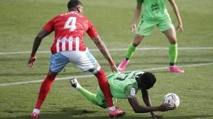 Durante el partido Lugo-Fuenlabrada el balón va hacia la mano de un...