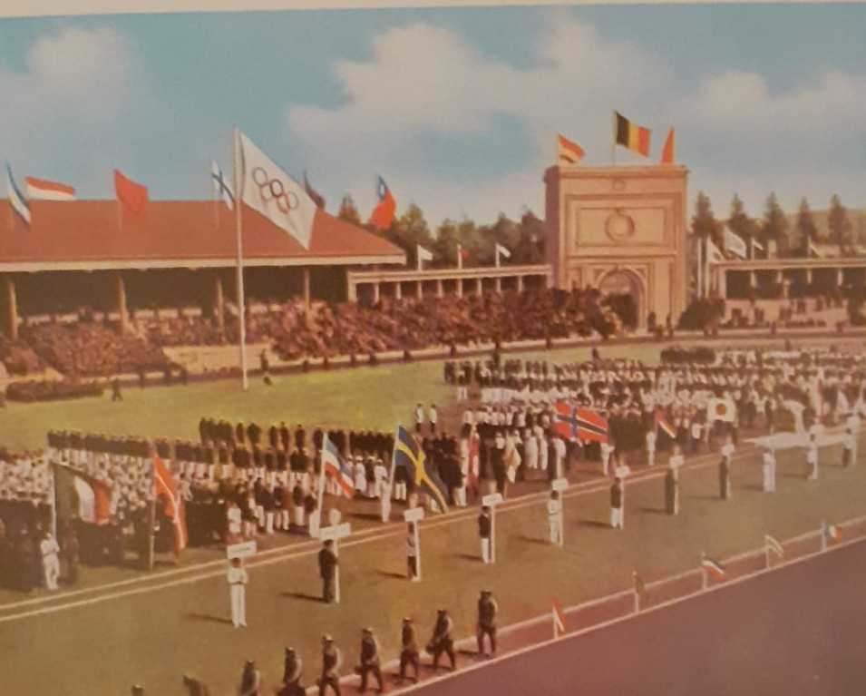 Imagen coloreada de la ceremonia inaugural de Amberes 1920 (Los Juegos Olímpicos. J. Tharrats. 1970)