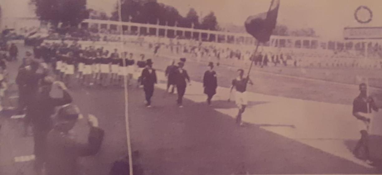 Desfile español en Amberes 1920. Abanderado, José María Lorenzana, atleta. Portador del cartel, Arrate, futbolista