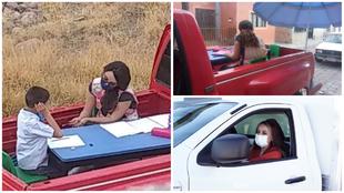 Nay da clases a un niño con autismo en su vieja camioneta roja.