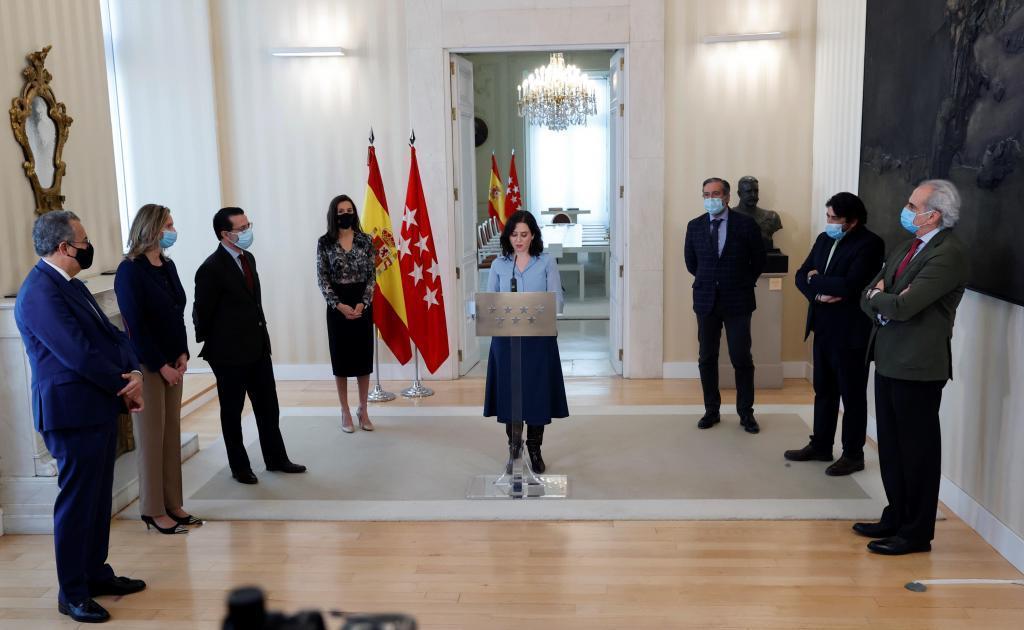 Isabel Díaz Ayuso, acompañada de los consejeros del PP, durante su intervención /