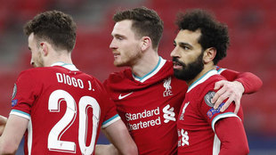 Salah celebra su gol con Robertson y Jota.