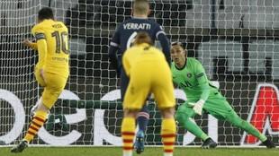 Keylor Navas le para el penalti a Messi