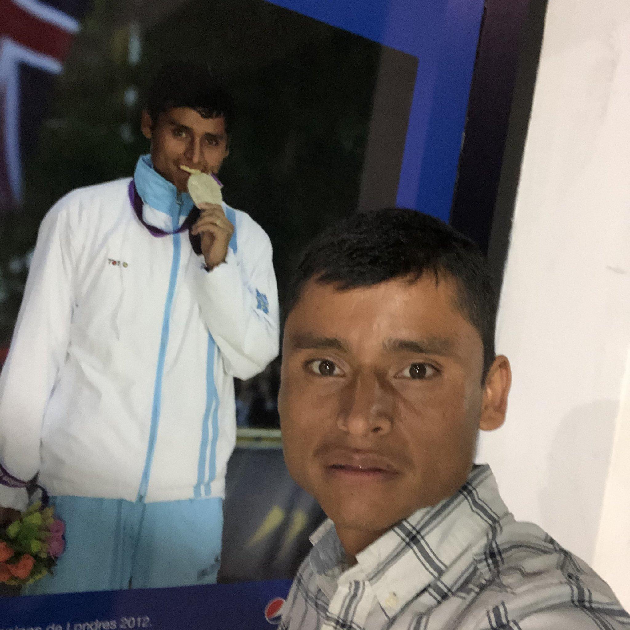 Erick Barrondo posa con su medalla olímpica de Londres 2012 | @ERICKBARRONDO14