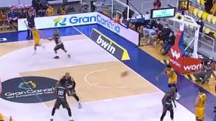 Aj Slaughter lanza el balón contra la pierna del jugador del Unics...