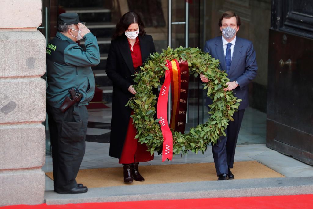 Isabel Díaz Ayuso y José Luis Martínez Almeida, durante el homenaje /