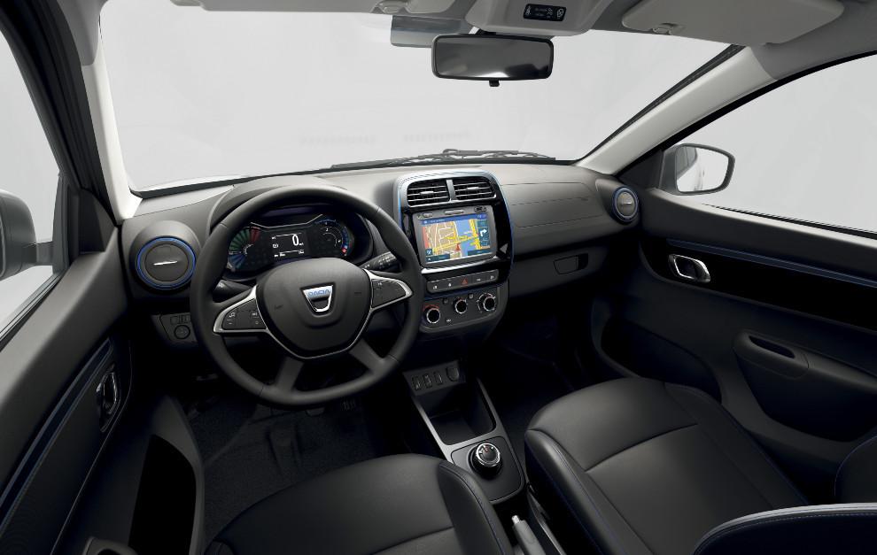Aunque el interior es bastante sobrio, la versión Comfort Plus incluye sistema multimedia con pantalla táctil.