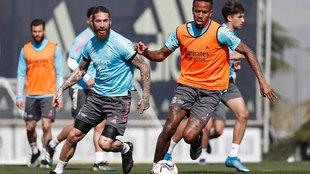 Sergio Ramos disputa el balón a Militao