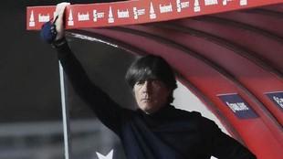 Joachim Löw, con gesto serio en el banquillo durante un partido de...