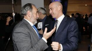 El presidente de la Madrileña, Paco Díez, y el de la RFEF, Luis...