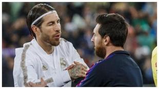 Sergio Ramos y Messi se saludan antes de un Clásico.