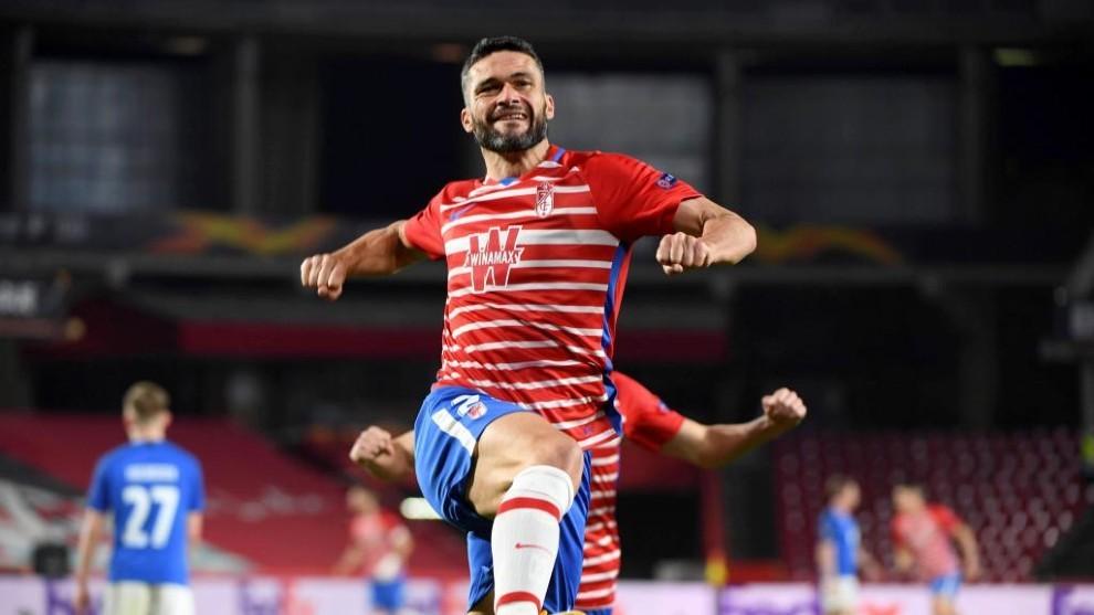Jorge Molina celebra el 1-0 del Granada al Molde en la ida de los...