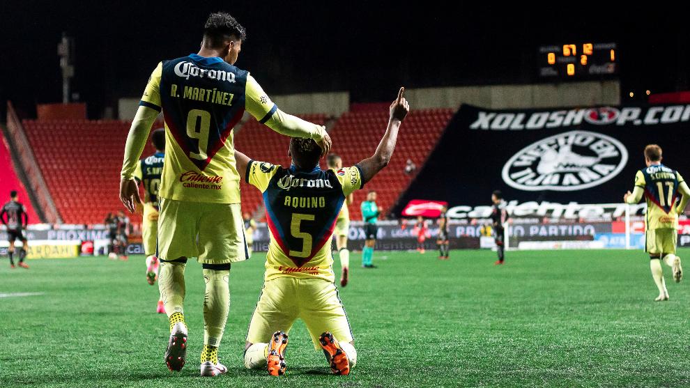 Roger Martínez y Pedro Aquino festejando un gol del América ante Xolos.