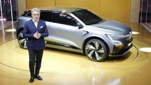 Luca de Meo, consejero delegado de Renault Group, junto al prototipo...
