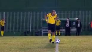 Lo nunca visto: ¡¡¡pillan al árbitro orinando en mitad del campo!!!