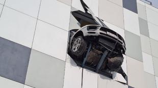 Un coche a punto de caer al vacío desde la tercera planta de un...