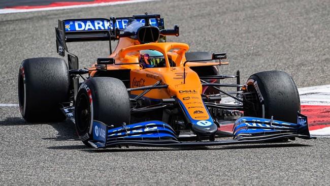 Ricciardo, con el MCL35M, en la jornada inicial de test en Bahréin.