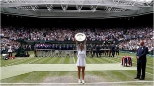 Simona Halep, tras ganar Wimbledon en 2019.
