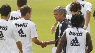 Mourinho saluda a Van der Vaart durante la etapa de ambos en el Real...