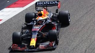 Max Verstappen, con el Red Bull RB16B, durante el primer día de test...