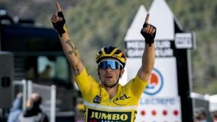Primoz Roglic, celebrando el triunfo