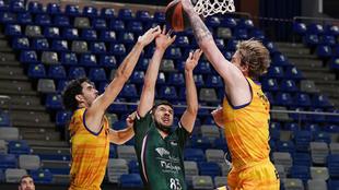 Bouteille intenta anotar ante la defensa de Gran Canaria