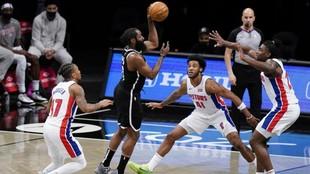 James Harden rodeado de defensores de los Pistons que, al final, no...