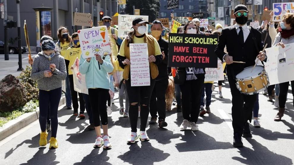 Manifestación en San Francisco por la reapertura de las escuelas públicas