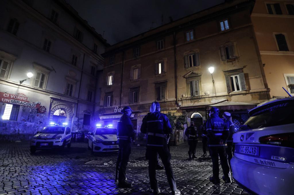 Policías vigilan las medidas de restricción en un nuevo confinamiento en Italia