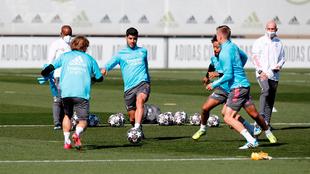 Modric, Asencio, Marcelo y Kroos en un rondo durante el entrenamiento...