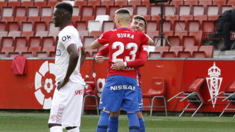Campuzano abraza a Djurdjevic nada más marcar el penalti ante la desesperación de Cufré