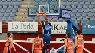 Dino Radoncic machaca el aro del Valencia Basket.