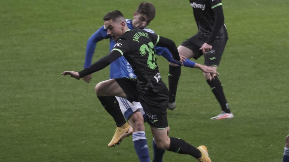 Javi Hernández, autor de dos goles del Leganés, intenta irse de Edgar