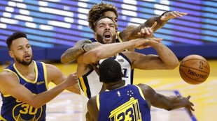 Rudy Gobert, entre Kelly Oubre Jr., Stephen Curry y Draymond Green.