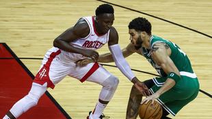 Victor Oladipo, de los Rockets, trata de robar el balón al jugador de...