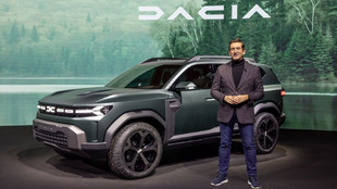 Alejandro Mesonero-Romanos junto al prototipo del Dacia Bigster.