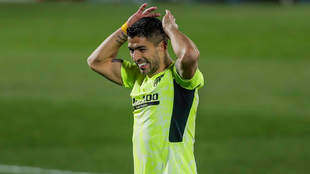 Luis Suárez se lamenta de una ocasión en un partido del Atlético de...