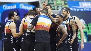 Los jugadores del San Pablo Burgos hacen piña tras un partido.