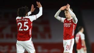 Martin Odegaard y Mohamed Elneny celebran el triunfo ante el...