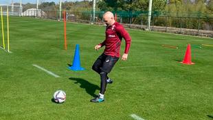 Iniesta, tocando balón en un entrenamiento del Vissel Kobe.