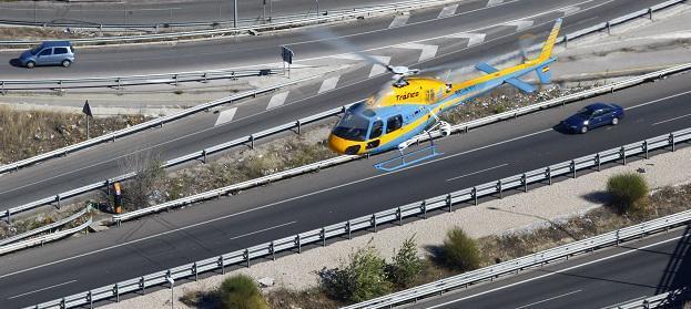 Un helicóptero de la DGT sobrevuela una carretera.