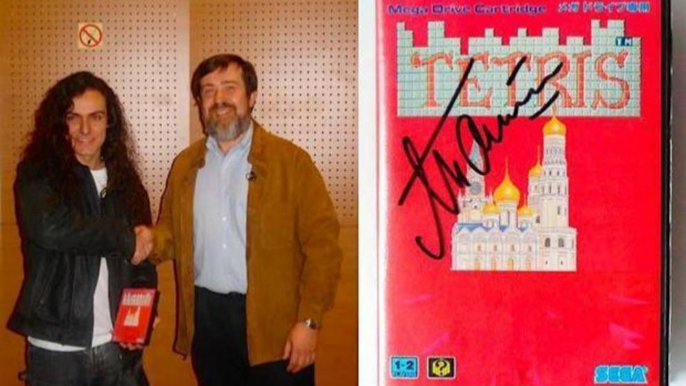 Romuald Fons posa con Alexey Pajitnov tras firmarle su copia de Tetris para MegaDrive