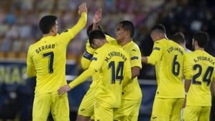 Los jugadores del Villarreal celebran uno de los dos tantos...