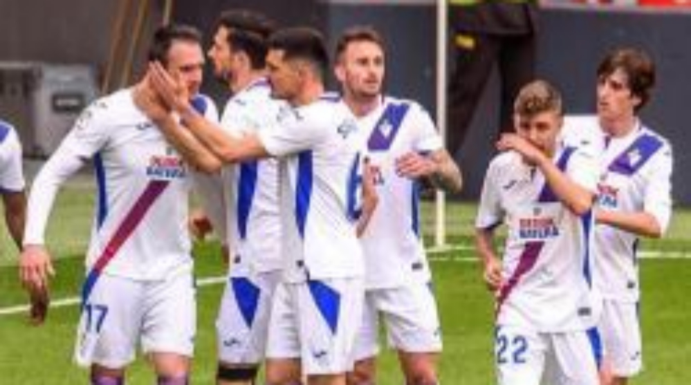 Los jugadores del Eibar felicitan a Kike García tras su gol