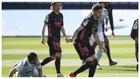 Valverde conduce el balón ante la mirada de Modric.