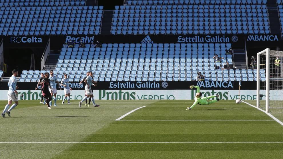Benzema cruza el disparo en el primer gol del Real Madrid ante el...