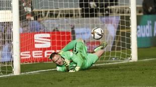 Ter Stegen, durante la tanda de penaltis de la semifinal de la...